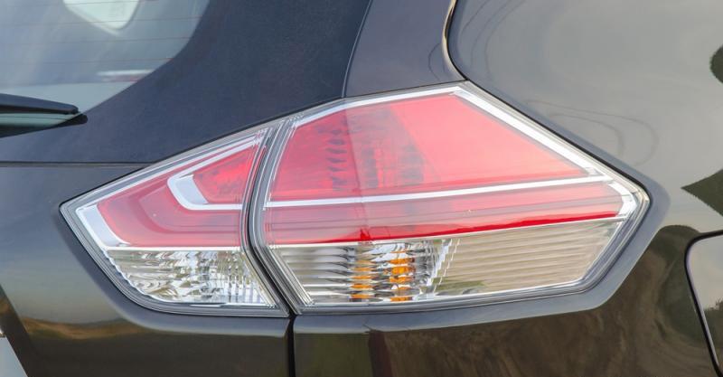 Đánh giá xe Nissan X-Trail 2016 có đèn hậu LED lớn vuốt nhẹ sang hông.