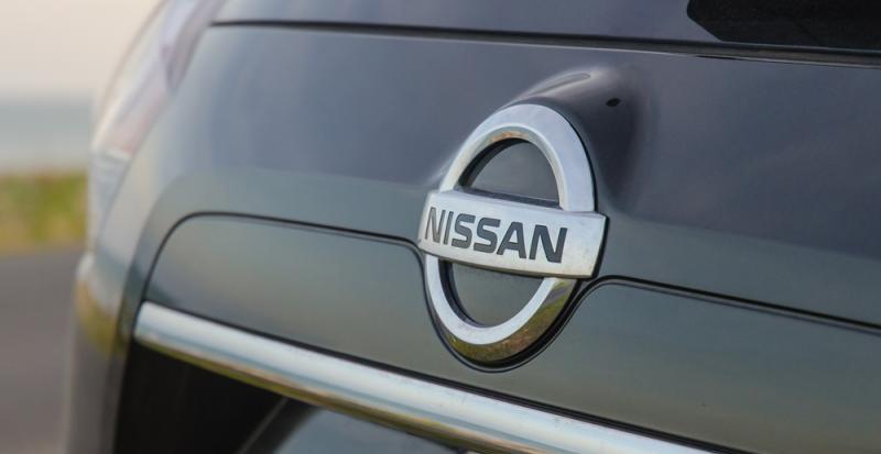 Đánh giá xe Nissan X-Trail 2016 có thanh ngang kiêm tay nắm cửa cốp mạ crom.