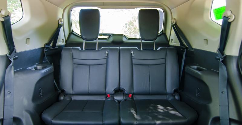 Đánh giá xe Nissan X-Trail 2016 có hàng ghế giữa gấp 60:40 khá dễ dàng và thuận tiện.