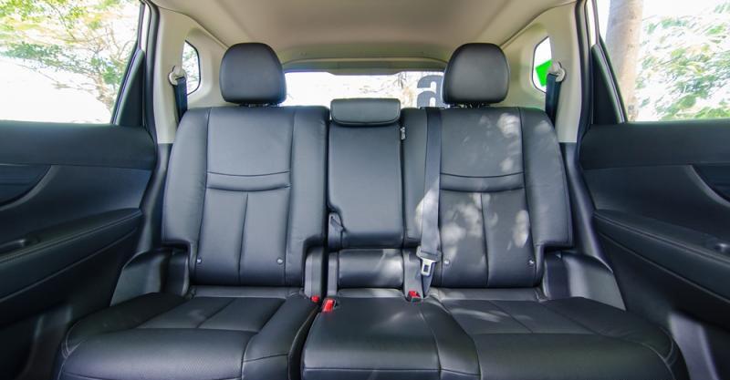 Đánh giá xe Nissan X-Trail 2016 có hàng ghế sau rộng rãi với 3 chỗ ngồi kèm bệ tì tay ở ghế giữa.