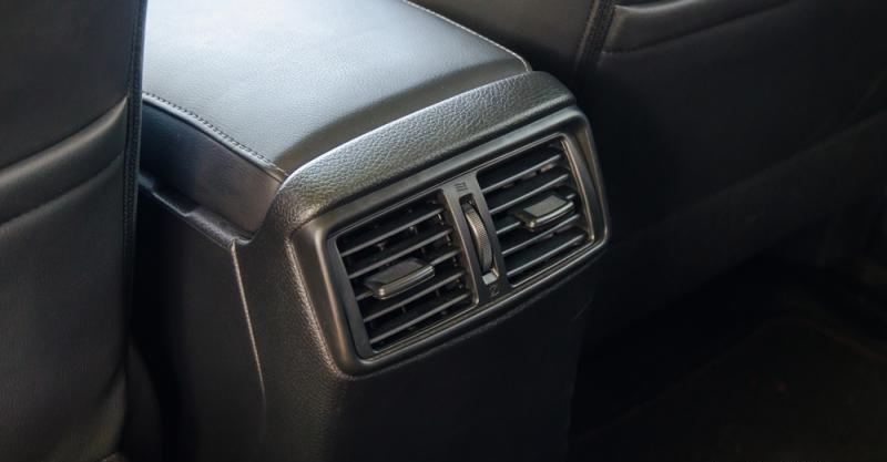Đánh giá xe Nissan X-Trail 2016 có khu vực lấy gió điều hòa ở hàng ghế sau cùng.