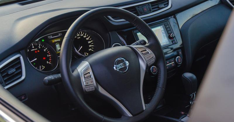 Đánh giá xe Nissan X-Trail 2016 có vô lăng 3 chấu bọc da, nhiều chi tiết mạ bạc.