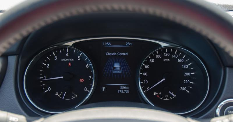 Đánh giá xe Nissan X-Trail 2016 có cụm đồng hồ lái cơ bản.