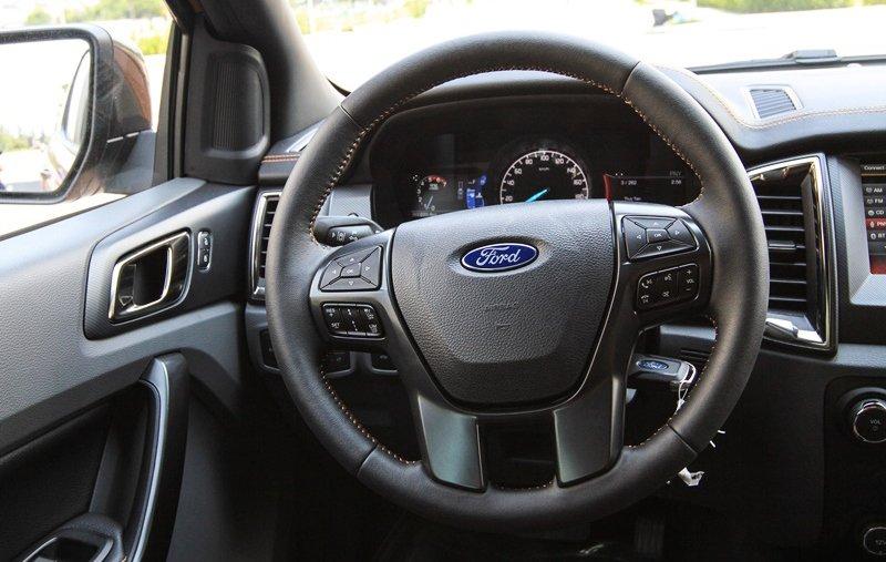 So sánh Ford Ranger Wildtrak và Chevrolet Colorado High Country về nội thất 8