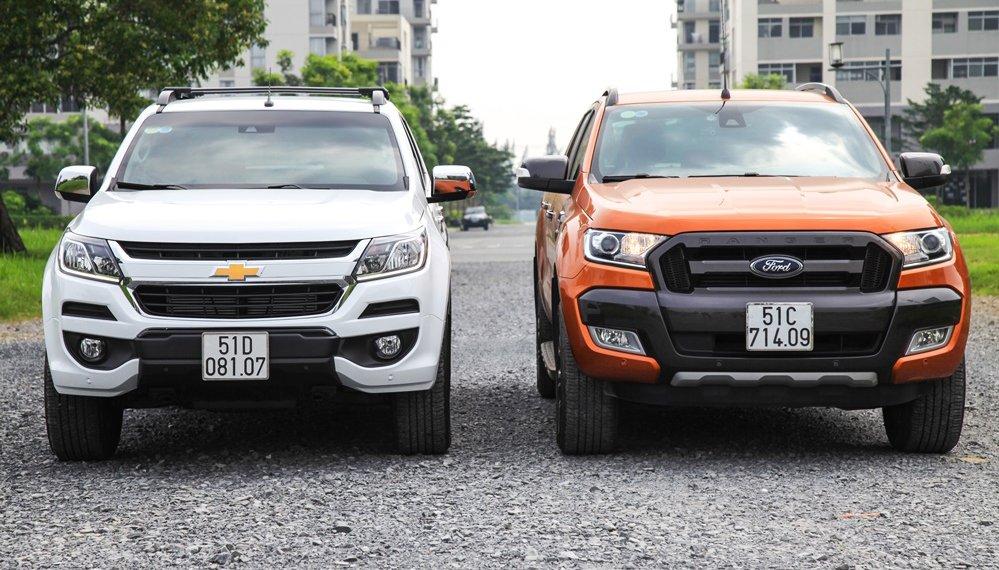 So sánh ngoại thất Ford Ranger Wildtrak 2016 và Chevrolet Colorado High Country 2017 - Hầm hố như nhau.