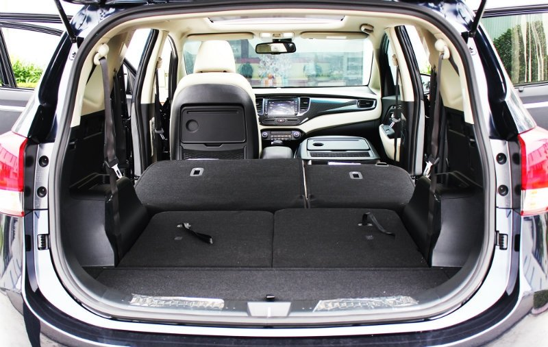 Kia Rondo 2017 facelift có giá từ 654 triệu tại Việt Nam.