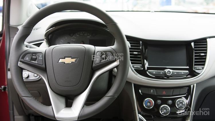 So sánh xe Chevrolet Trax 2017 và Honda HR-V 2017 về thiết kế vô-lăng a1