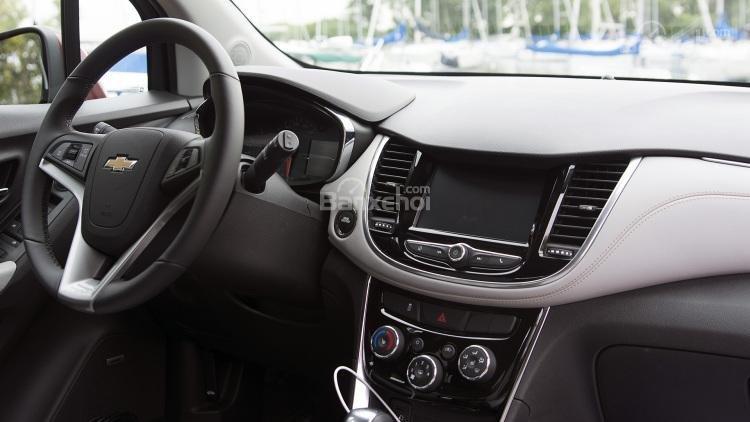 So sánh xe Chevrolet Trax 2017 và Honda HR-V 2017 về bảng điều khiển trung tâm a1
