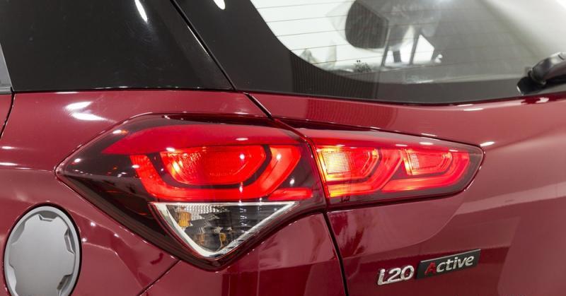 Đánh giá xe Hyundai i20 Active 2017 có đèn hậu dạng LED nổi bật 3 bóng độc lập.