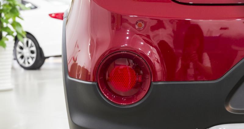 Đánh giá xe Hyundai i20 Active 2017 có đèn phản quang dạng tròn với bóng lõm sâu vào trong.