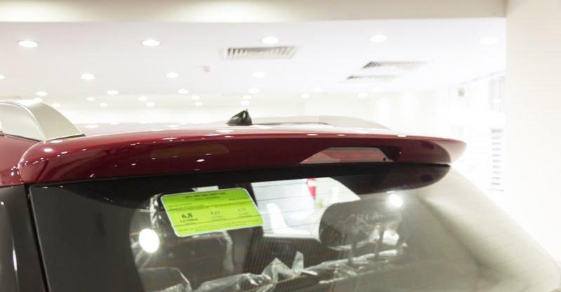 Đánh giá xe Hyundai i20 Active 2017 có đèn phanh phụ LED nằm cao trên đuôi gió.