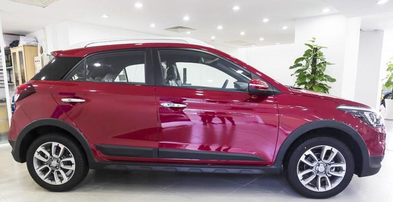 Đánh giá xe Hyundai i20 Active 2017 có thân nổi bật với các gân mạnh mẽ.