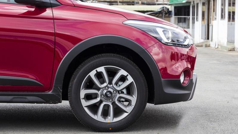 Đánh giá xe Hyundai i20 Active 2017 có mâm 5 chấu kép 16 inch thể thao.