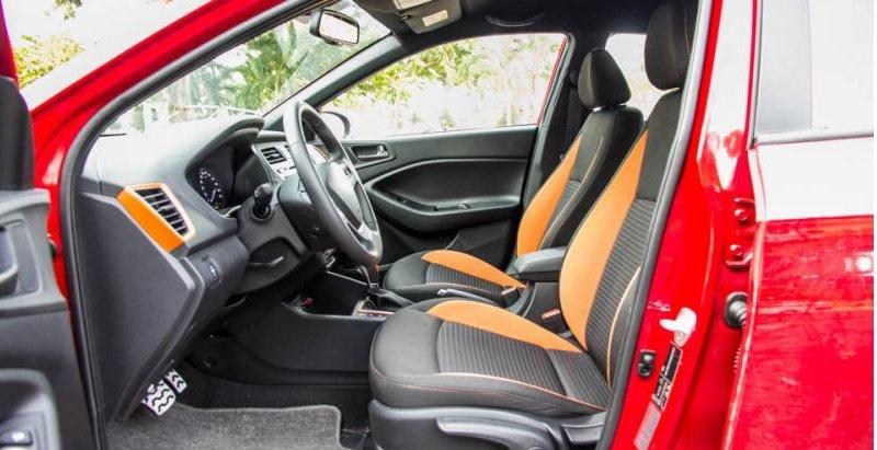 Đánh giá xe Hyundai i20 Active 2017 có hàng ghế trước thiết kế ôm thể thao.