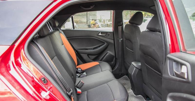Đánh giá xe Hyundai i20 Active 2017 có hàng ghế sau với 3 chỗ ngồi nhưng chỉ trang bị 2 tựa đầu.