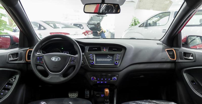 Đánh giá xe Hyundai i20 Active 2017 có nội thất đơn giản, gọn gàng, ngăn nắp.