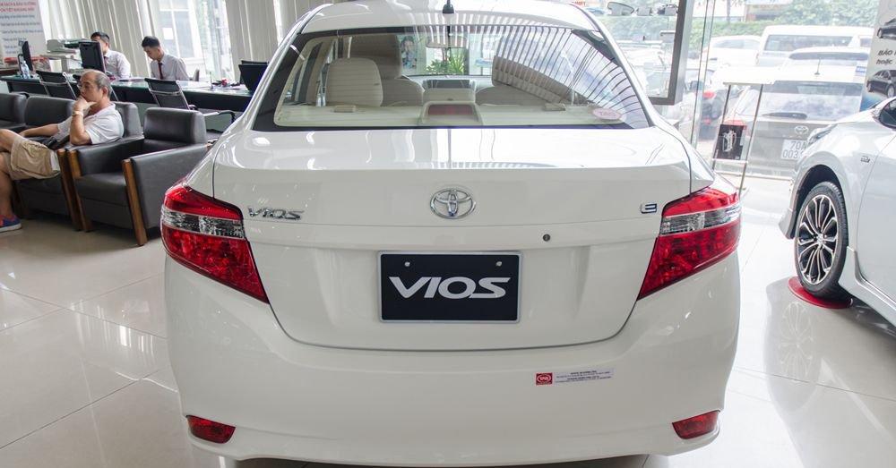 Đánh giá xe Toyota Vios 2017 có đuôi xe tương đối hiện đại.