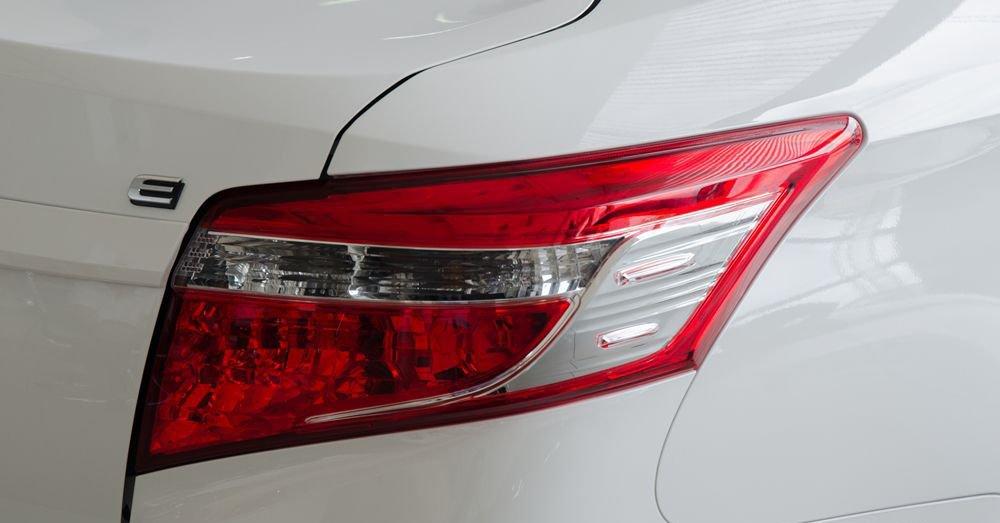 Đánh giá xe Toyota Vios 2017 có đèn hậu với bóng Halogen thông thường.