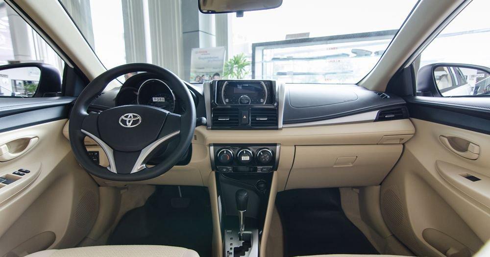Đánh giá xe Toyota Vios 2017 có nội thất vừa phải, hơi chật chội nếu ngồi 5.