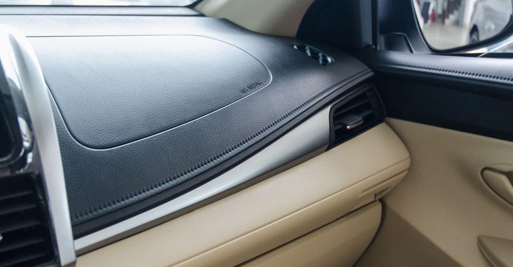Đánh giá xe Toyota Vios 2017 có tap-lô có một vài chi tiết ốp mạ bạc tương đối sang trọng.