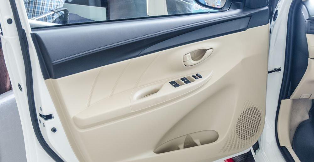 Đánh giá xe Toyota Vios 2017 có cửa xe gần ghế lái tích hợp các phím chỉnh gương, lên xuống kính.