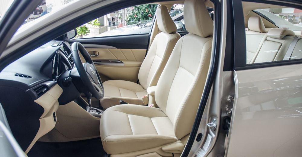 Đánh giá xe Toyota Vios 2017 có hàng ghế trước thiết kế dạng ôm thể thao.