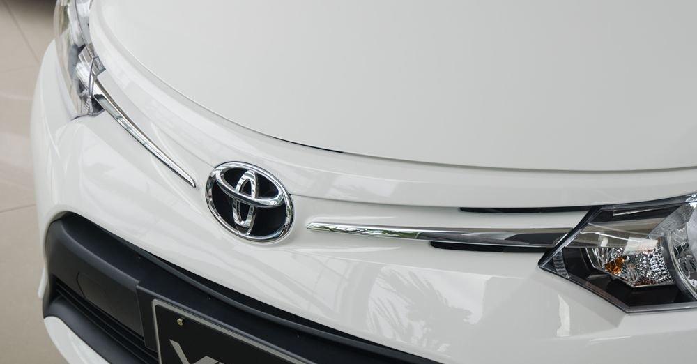 Đánh giá xe Toyota Vios 2017 có logo và các thanh nối mạ crom sang trọng.