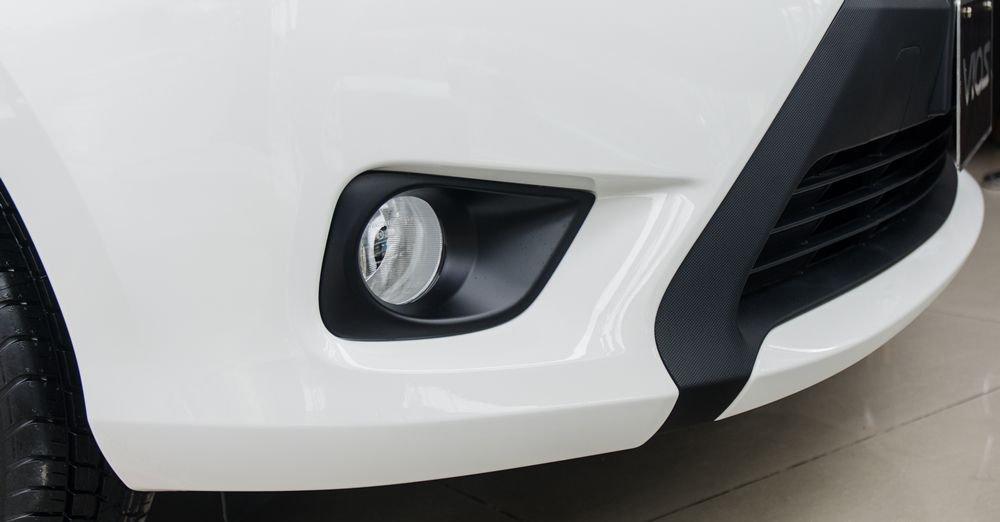 Đánh giá xe Toyota Vios 2017 có đèn sương mù thiết kế lõm nằm sâu trong hốc đèn.