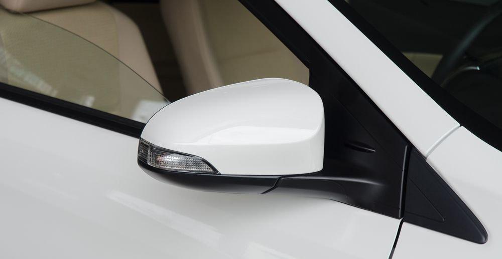 Đánh giá xe Toyota Vios 2017 có gương chiếu hậu ngoài tích hợp LED nhỏ báo rẽ.