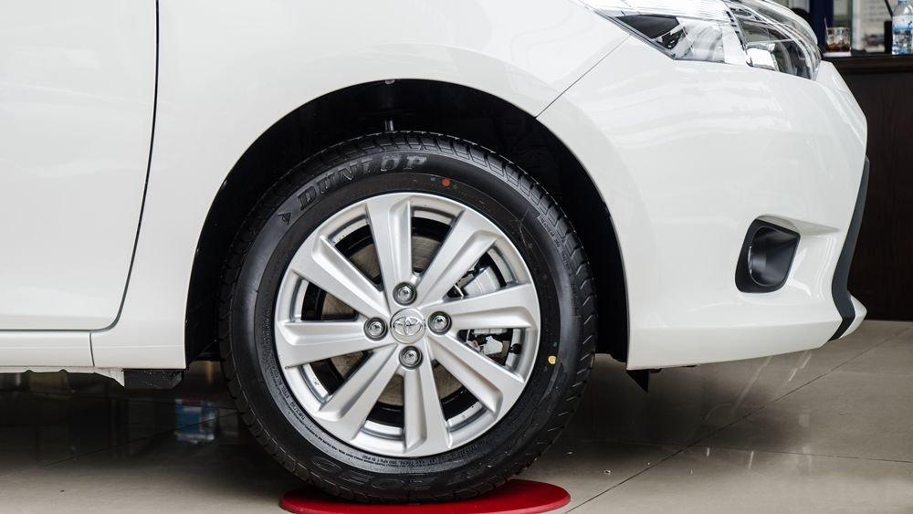 Đánh giá xe Toyota Vios 2017 có mâm xe cỡ 15 inch với lazang đa chấu cơ bản.
