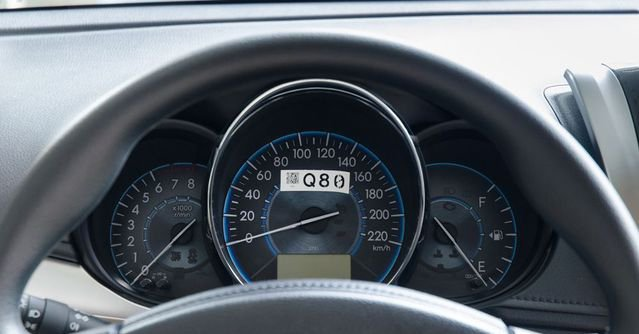 Đánh giá xe Toyota Vios 2017 có cụm 3 đồng hồ lái dạng analog cơ bản.