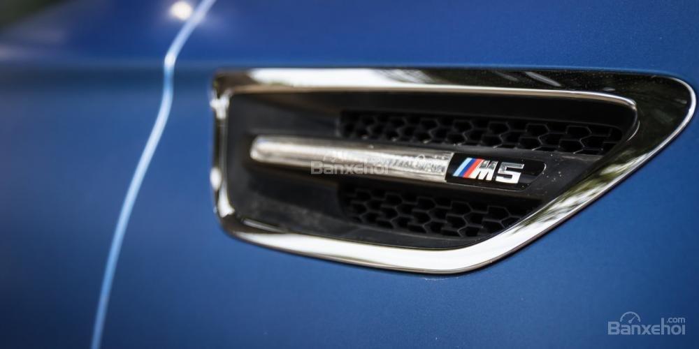 Đánh giá xe BMW M5 2016: Khe hút gió hai bên thân xe.