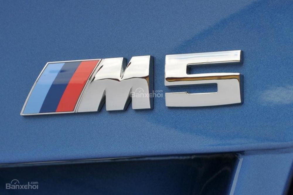 Đánh giá xe BMW M5 2016: Ký hiệu tên xe ở phía sau.