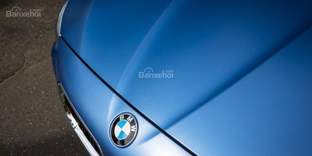 Đánh giá xe BMW M5 2016: Nắp ca-pô nổi bật với các đường gân cơ bắp, khỏe khoắn.