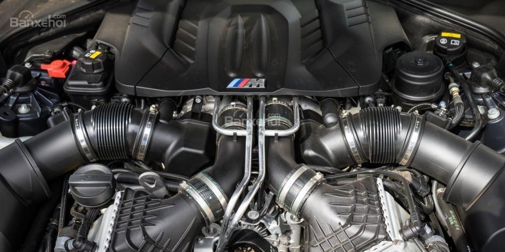 BMW M5 2016 dẫn động cầu sau sử dụng động cơ tăng áp 4,4 lít V8.