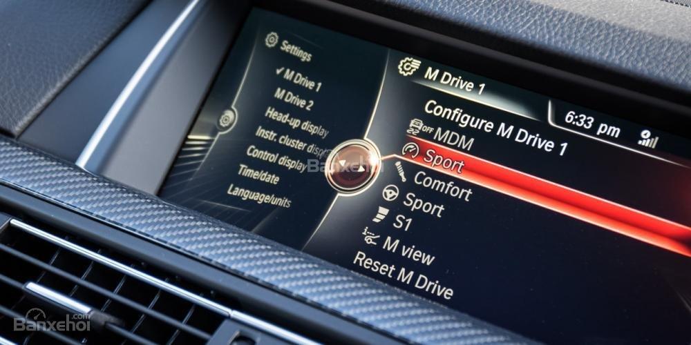 Tất cả cài đặt sẵn có trên BMW M5 2016 về động cơ, hộp số, hệ thống treo và vô lăng đều ấn tượng.