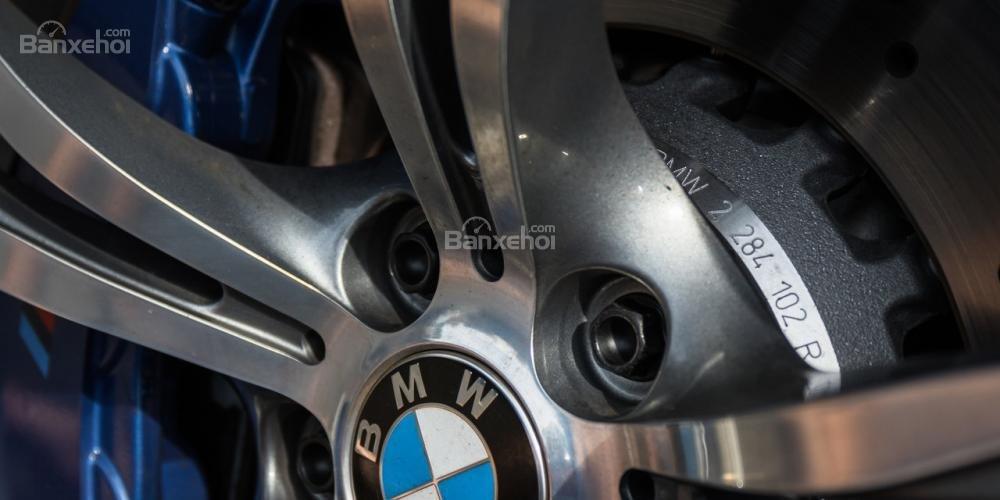 Đánh giá xe BMW M5 2016: La-zăng 5 chấu kép 19 inch tiêu chuẩn a2
