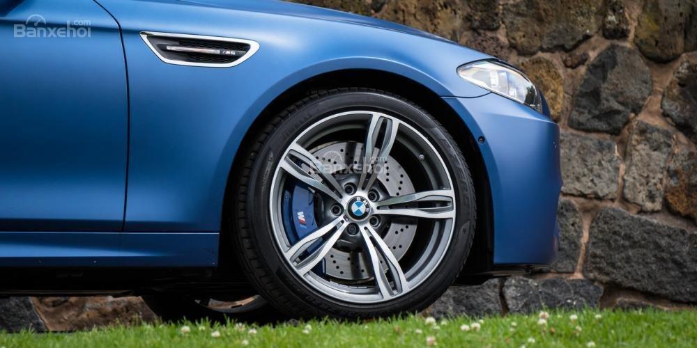 Đánh giá xe BMW M5 2016: La-zăng 5 chấu kép 19 inch tiêu chuẩn a1