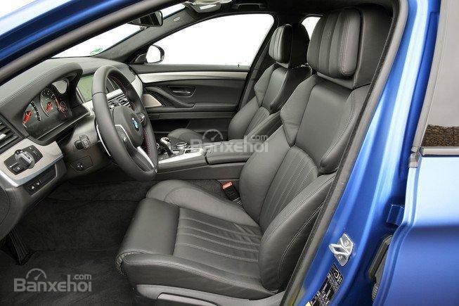 Đánh giá xe BMW M5 2016: Hàng ghế trước thoải mái, tương tự với sedan hàng đầu 7 Series.
