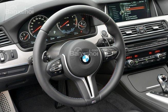 Đánh giá xe BMW M5 2016: Vô-lăng thiết kế 3 chấu tích hợp các nút điều khiển chức năng a1