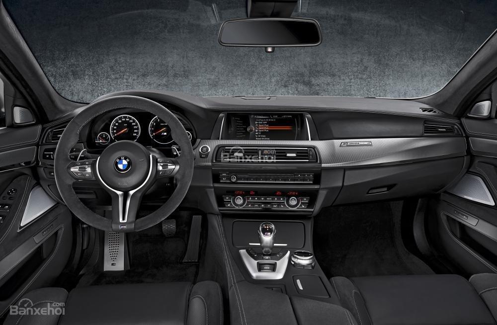 Khoang nội thất của BMW M5 2016 sử dụng chất liệu da sang trọng.