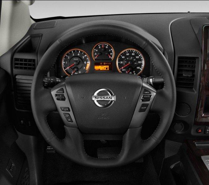 Đánh giá xe Nissan Titan 2017: Vô lăng xe.