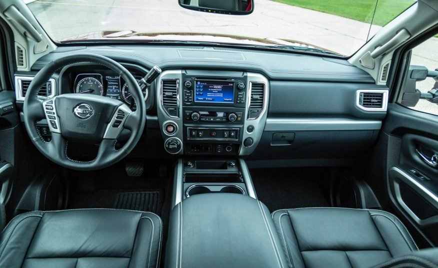 Đánh giá xe Nissan Titan 2017: Khoang cabin của xe khá ấn tượng.