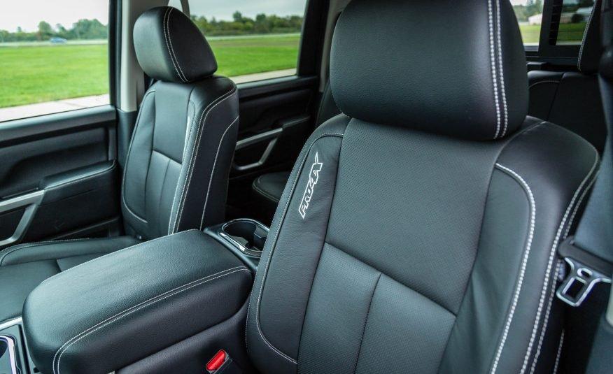 Đánh giá xe Nissan Titan 2017: Hàng ghế phía trước.