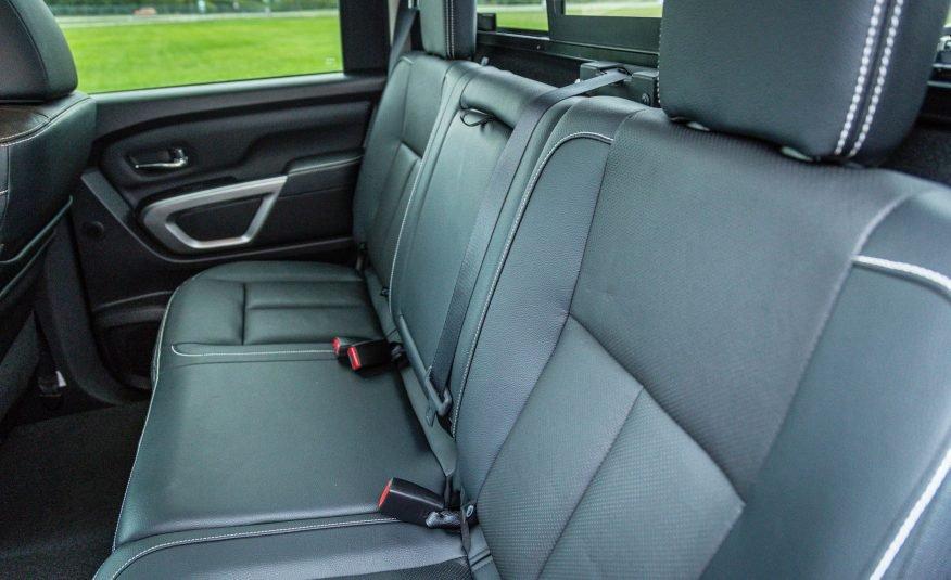 Đánh giá xe Nissan Titan 2017: Hàng ghế phía sau xe.
