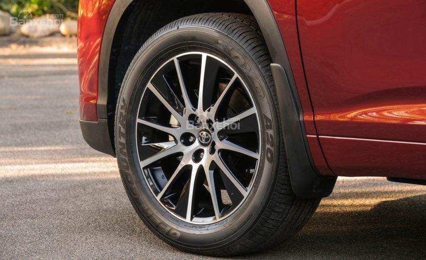 Đánh giá xe Toyota Highlander 2017: La-zăng 5 chấu kép 18 inch tiêu chuẩn.