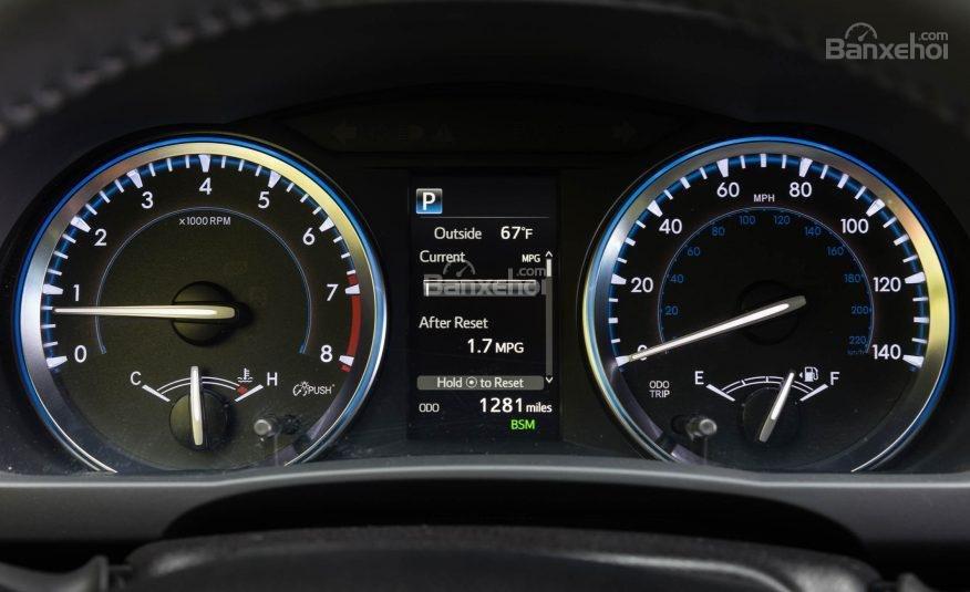 Đánh giá xe Toyota Highlander 2017: Cụm đồng hồ tốc độ dạng analog kết hợp một màn hình điện tử kích thước 4,2 inch  a1