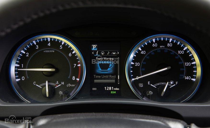 Đánh giá xe Toyota Highlander 2017: Cụm đồng hồ tốc độ dạng analog kết hợp một màn hình điện tử kích thước 4,2 inch  a2