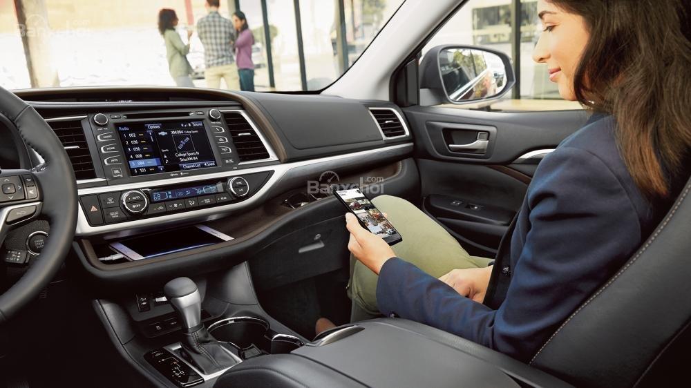 Đánh giá xe Toyota Highlander 2017 về hệ thống thông tin giải trí.
