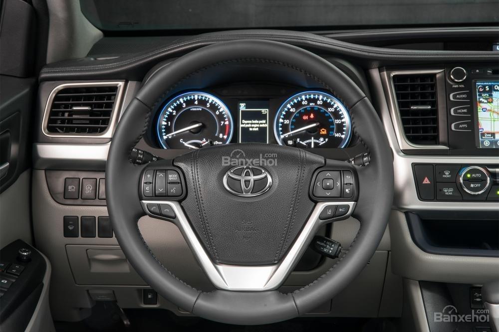 Đánh giá xe Toyota Highlander 2017: Vô-lăng bọc da và tích hợp các nút bấm điều khiển.